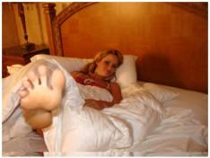 jerk-at-her-feet